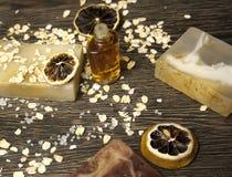 Cosmético orgánico Cosméticos y crema de la hierba de los componentes Jabón hecho a mano con la harina de avena, el aceite esenci Imagenes de archivo