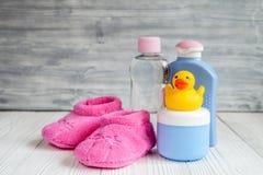 Cosmético orgánico del bebé para el baño en bakground de madera Imagen de archivo