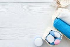 Cosmético orgánico del bebé para el baño en bakground de madera Imágenes de archivo libres de regalías