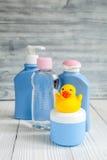 Cosmético orgánico del bebé para el baño en fondo de madera Imagen de archivo libre de regalías