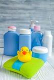 Cosmético orgánico del bebé para el baño en fondo de madera Foto de archivo libre de regalías