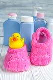 Cosmético orgánico del bebé para el baño en fondo de madera Fotografía de archivo libre de regalías