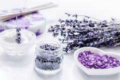 Cosmético orgânico com flores da alfazema e sal de banho nos vagabundos brancos foto de stock