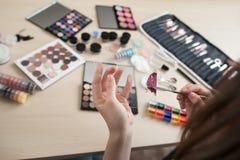 Cosméticos coloridos en lugar de trabajo del estilista Fotografía de archivo libre de regalías