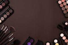 Cosméticos coloridos en lugar de trabajo marrón con el espacio de la copia Los cosméticos componen objetos del artista: lápiz lab Imágenes de archivo libres de regalías