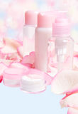 Cosméticos com pétalas cor-de-rosa Imagens de Stock