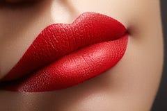 Cosméticos, composição Batom brilhante nos bordos Close up da boca fêmea bonita com composição vermelha e cor-de-rosa do bordo Pa imagens de stock royalty free