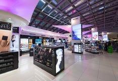 Cosméticos con franquicia que hacen compras, aeropuerto de Bangkok Foto de archivo