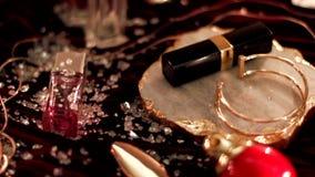 Cosméticos da composição do vintage e joia, acessórios luxuosos na noite filme