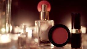 Cosméticos da composição do vintage e joia, acessórios luxuosos na noite video estoque