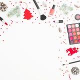 Cosméticos da mulher, acessórios e decoração do Natal, confete no fundo branco Configuração lisa, vista superior imagens de stock royalty free