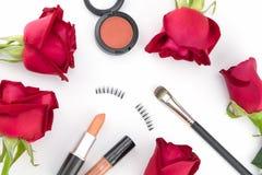 Cosméticos decorados com rosas vermelhas Foto de Stock Royalty Free