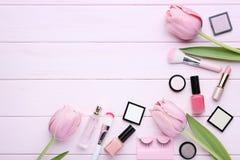 Cosméticos del maquillaje con las flores del tulipán foto de archivo libre de regalías