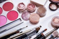 Cosméticos del maquillaje en el fondo blanco Foco bajo Fotos de archivo