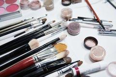 Cosméticos del maquillaje en el fondo blanco Foco bajo Foto de archivo libre de regalías