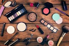 Cosméticos del maquillaje en fondo de madera Visión superior Fotos de archivo libres de regalías