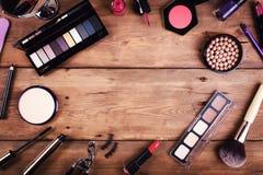 Cosméticos del maquillaje en fondo de madera Visión superior Fotografía de archivo