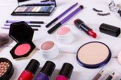 cosméticos del maquillaje en la tabla de madera Fotos de archivo libres de regalías