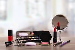 Cosméticos del maquillaje en la tabla en salón de belleza Imágenes de archivo libres de regalías