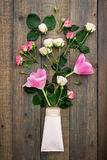 Cosméticos del ` s de las flores y de las mujeres en el fondo de madera Endecha plana, visión superior Imagen de archivo