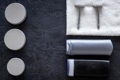 Cosméticos del ` s de los hombres para el cuidado del cabello y afeitar Champú, gel, maquinilla de afeitar, cera en copyspace neg fotos de archivo