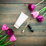 Cosméticos del ` s de los tulipanes y de las mujeres en el fondo de madera Endecha plana, visión superior Imágenes de archivo libres de regalías