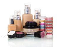 Cosméticos determinados y cepillo decorativos para el maquillaje aislados en blanco Fotos de archivo