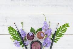 Cosméticos e flores Foto de Stock