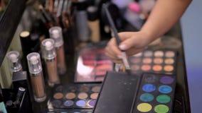 Cosméticos en el salón del maquillaje almacen de metraje de vídeo