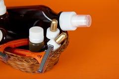 Cosméticos fijados en una cesta wattled Fotografía de archivo libre de regalías
