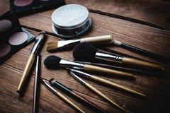 Cosméticos fijados para el maquillaje en el escritorio Imagen de archivo libre de regalías