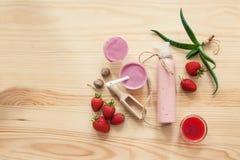 Cosméticos hechos a mano fijados con la nata y los ingredientes, Foto de archivo libre de regalías