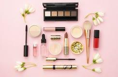 Cosméticos, herramientas del maquillaje y accesorio decorativos profesionales en fondo rosado concepto de la belleza, de la moda  Imagen de archivo libre de regalías