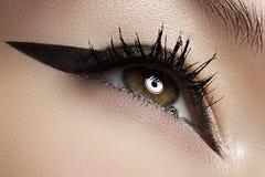 Cosméticos. Macro del ojo de la belleza con maquillaje del trazador de líneas Imagenes de archivo