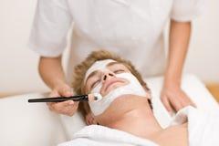 Cosméticos masculinos - máscara facial en salón imagen de archivo libre de regalías