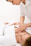 Cosméticos masculinos - masaje en el balneario fotos de archivo