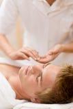 Cosméticos masculinos - masaje facial imagen de archivo
