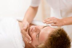 Cosméticos masculinos - masaje facial en salón fotos de archivo libres de regalías