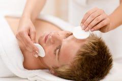 Cosméticos masculinos - tratamiento de la cara de la limpieza fotos de archivo