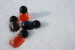 Cosméticos na mentira da neve nos flocos de neve Imagem de Stock