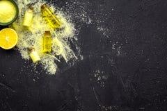 Cosméticos naturais do citrino Óleo dos termas perto do limão no modelo preto da opinião superior do fundo Fotos de Stock Royalty Free