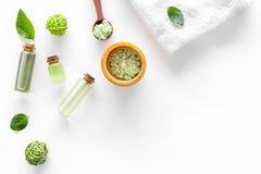 Cosméticos naturales con las hojas y el aceite verdes olivas del té para la mofa blanca de la opinión superior del fondo de la ta foto de archivo libre de regalías