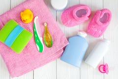 Cosméticos naturales del baño del bebé con la opinión superior del pato Foto de archivo libre de regalías