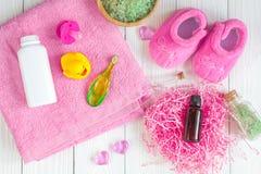 Cosméticos naturales del baño del bebé con la opinión superior del pato Imágenes de archivo libres de regalías