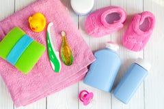 Cosméticos naturales del baño del bebé con la opinión superior del pato Imagen de archivo libre de regalías