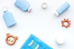 Cosméticos naturales del baño para los niños Botellas, toalla y juguetes en el copyspace blanco de la opinión superior del fondo Fotografía de archivo