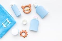 Cosméticos naturales del baño para los niños Botellas, toalla y juguetes en el copyspace blanco de la opinión superior del fondo Fotos de archivo