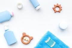 Cosméticos naturales del baño para los niños Botellas, toalla y juguetes en el copyspace blanco de la opinión superior del fondo Imagen de archivo libre de regalías