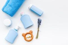 Cosméticos naturales del baño para los niños Botellas, toalla y juguetes en el copyspace blanco de la opinión superior del fondo Foto de archivo libre de regalías