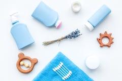 Cosméticos naturales del baño para los niños Botellas, toalla y juguetes en la opinión superior del fondo blanco Imagenes de archivo